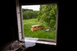 ...VW-bussen parkerad utanför...