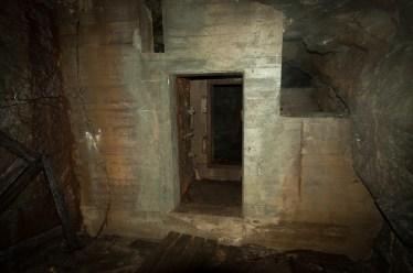 ...från det stora rummet leder dubbla ståldörrar in till nästa rum...