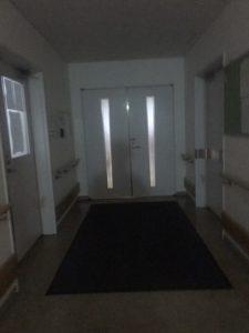 精神病棟2階、午前6時。配ぜん食事搬入口