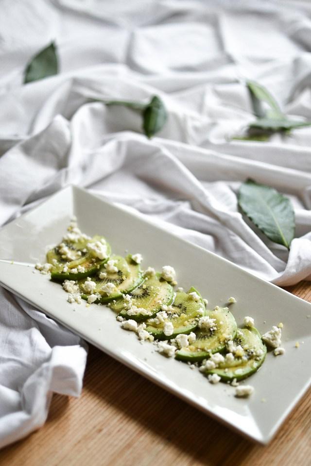 Salade kiwi, avocat, fêta, vinaigrette lemon curd et fruit de la passion