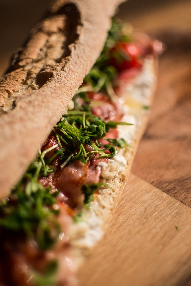 Sandwich chèvre, bacon, tomate, miel, cressonnette