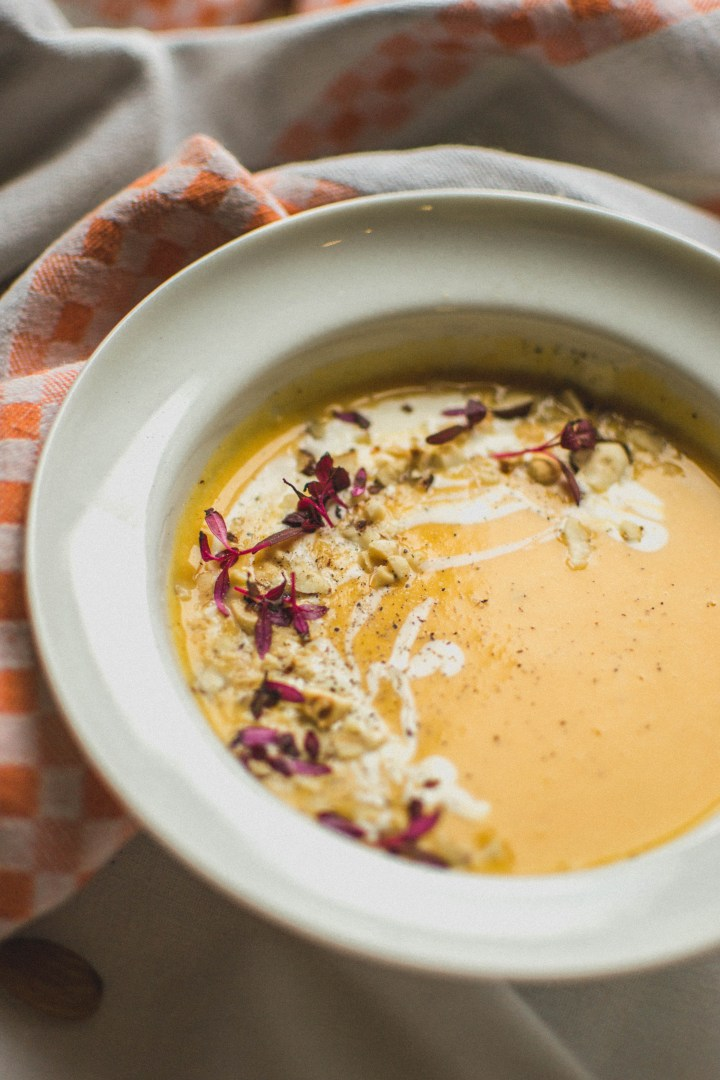Velouté de butternut, crème épaisse au citron vert et noisettes grillées - Potimanon