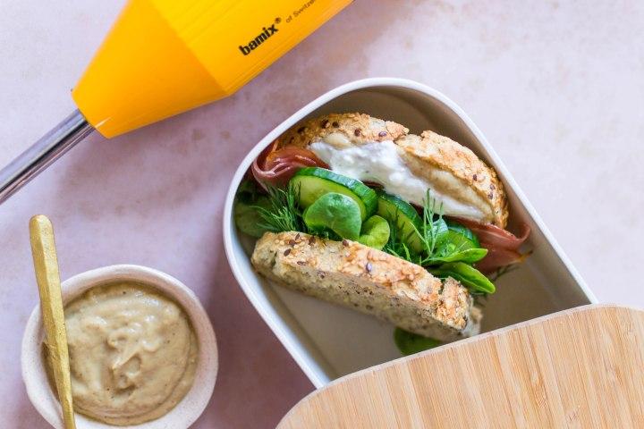 Tartine au babaganoush, sauce yaourt à la fêta, jambon fumé et jeunes oignons