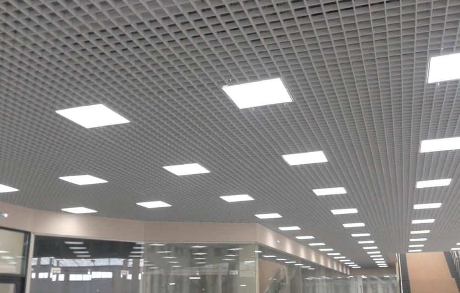 Растровые потолки, потолок грильято, зал ожидания на вокзале