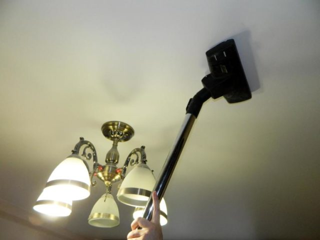 Ceiling cleaning vacuum cleaner