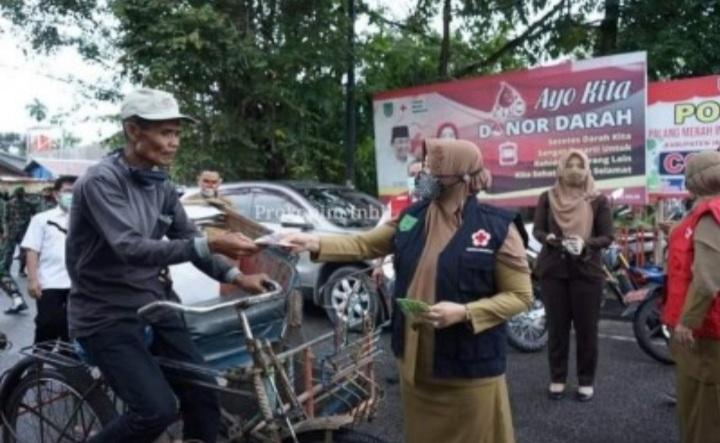 Bersempena HUT ke-75, Ketua PMI Inhil Bagikan Masker ke Masyarakat