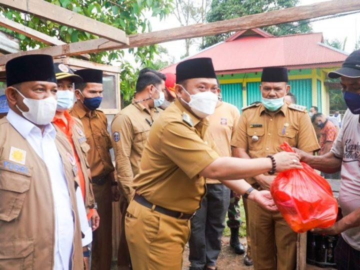 Bupati Kampar Serahkan Bantuan Korban Bencana Angin Puting Beliung di Desa Gema
