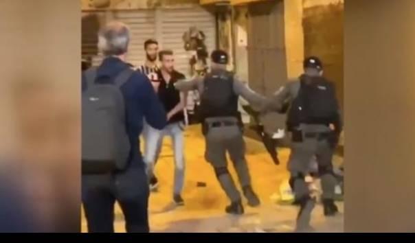 Secara Brutal Polisi Israel Serang Warga Palestina Tengah Salat
