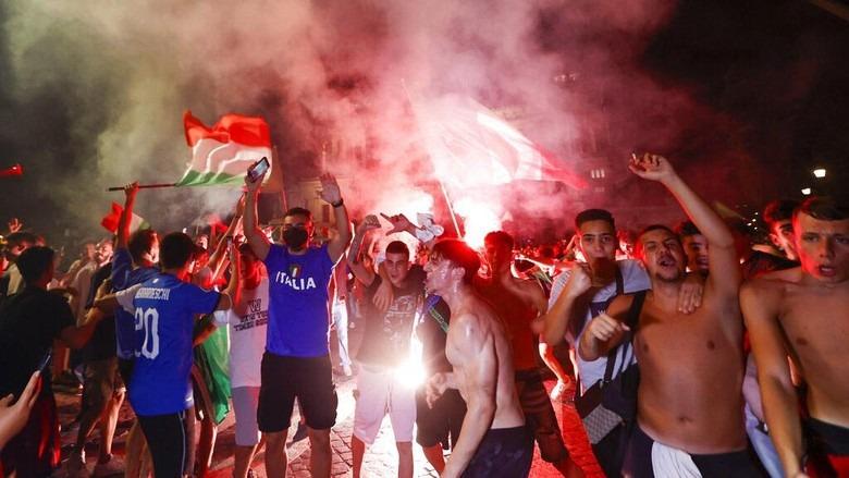 Seolah Lupa Pandemi, Tifosi Italia Berpesta di Aneka Landmark