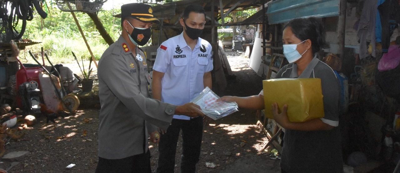Kapolres Tanjung Pinang Bagikan Puluhan Paket Sembako ke Warga