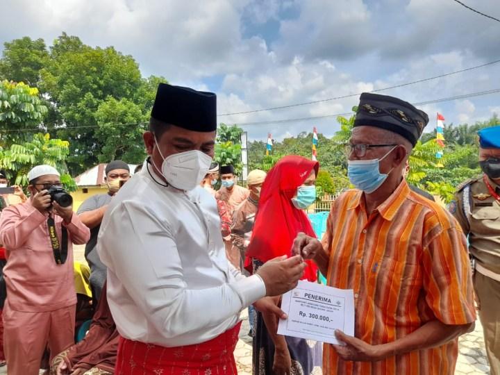 Bupati Pelalawan H. Zukri Serahkan Simbolis BLT di Desa Bagan Laguh Kecamatan Bunut