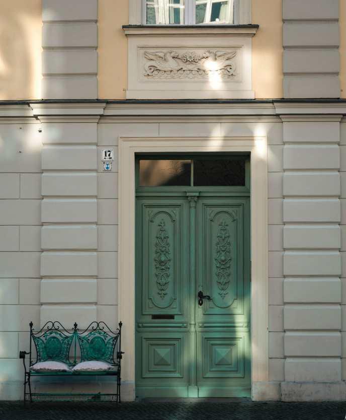 Grüne Tür mit Bank in der Gutenbergstraße in Potsdam