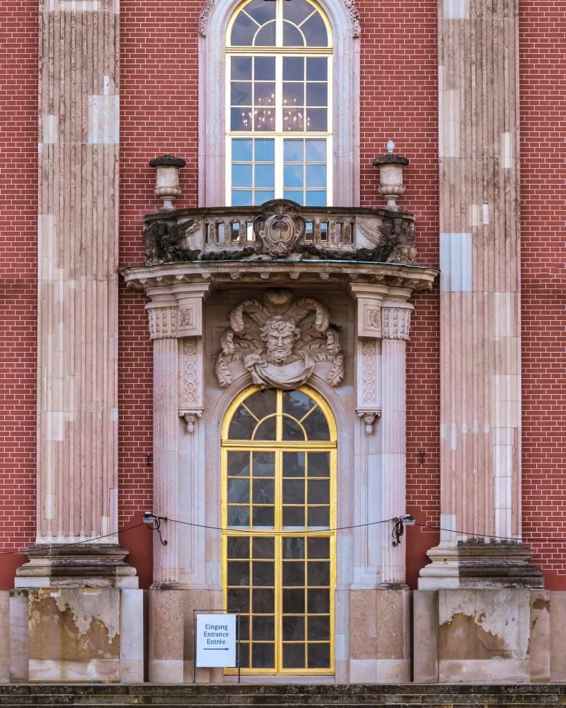 Eingang zum neuen Palais - auch eine Tür in Potsdam