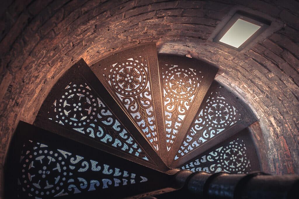 Eine schmale Wendeltreppe, die zur Aussichtsplattform der Nikolaikirche führt