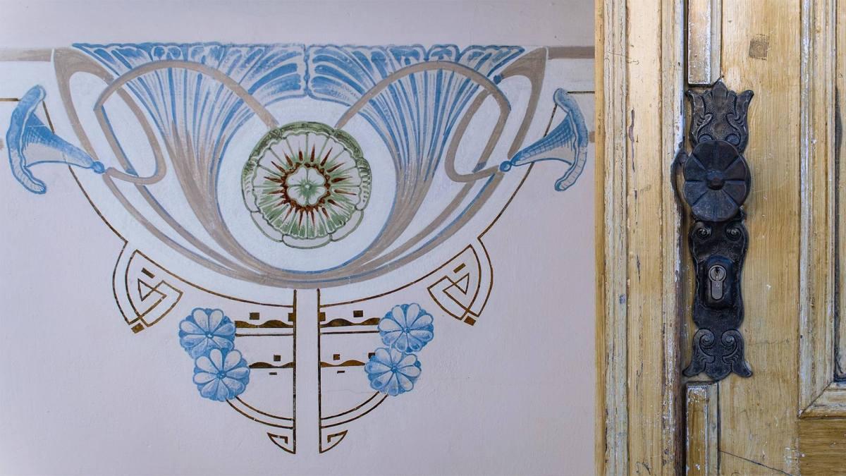 Malerei an der Decke und Türklinke, beide mit Blumenmotiv