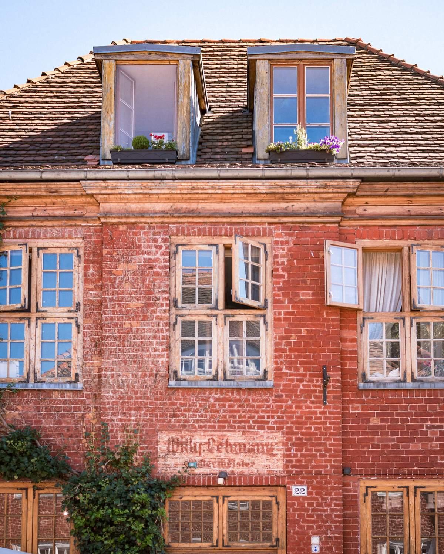 Haus im Holländischen Viertel mit geöffneten Fenstern