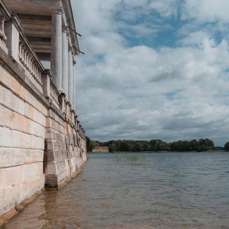 Blick über den Heiligen See zum Grünen Haus im Sommer