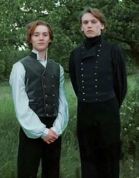 Fotografie dvou mladých čarodějů, Grindelwalda a Brumbála, kteří stojí vedle sebe.