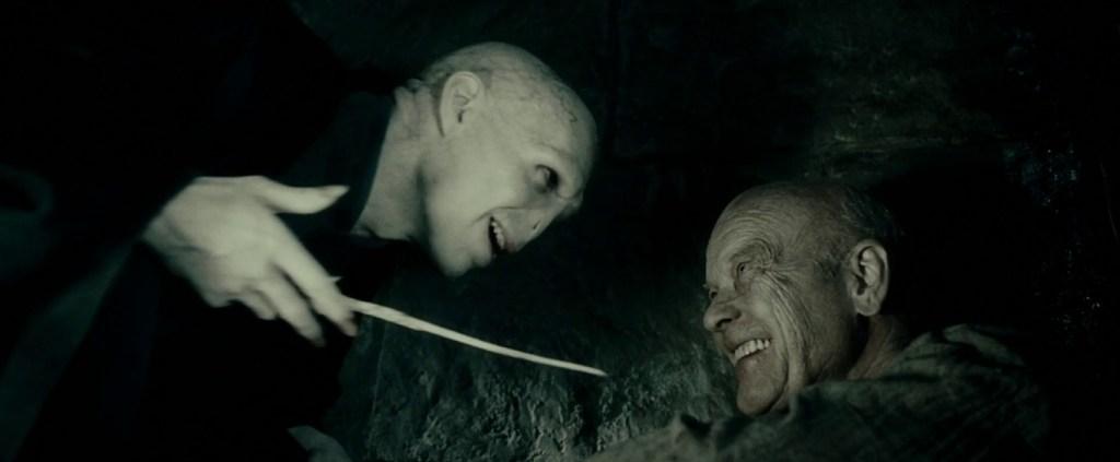 Grindelwald mluví s Voldemortem před smrtí.