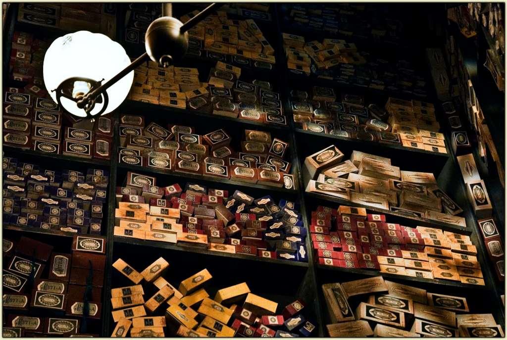 Regál s policemi, plnými různobarevných krabiček od hůlek.