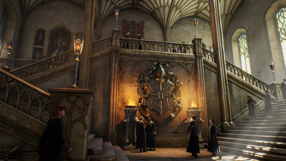 Screenshot ze hry, uvnitř Bradavic - chodba se schodišti vpravo i vlevo.