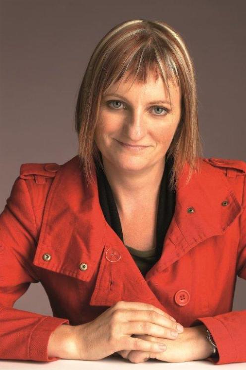 Fotografie Emily Gravett v červeném kabátu.
