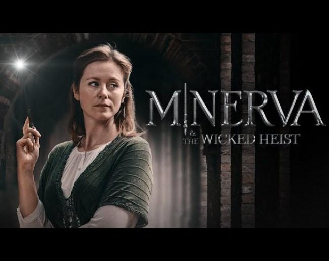 Na levé straně obrázku mladá žena s rozsvícenou hůlkou v pravé ruce, shlíží doprava. Vedle ní je nápis MINERVA & THE WICKED HEIST.