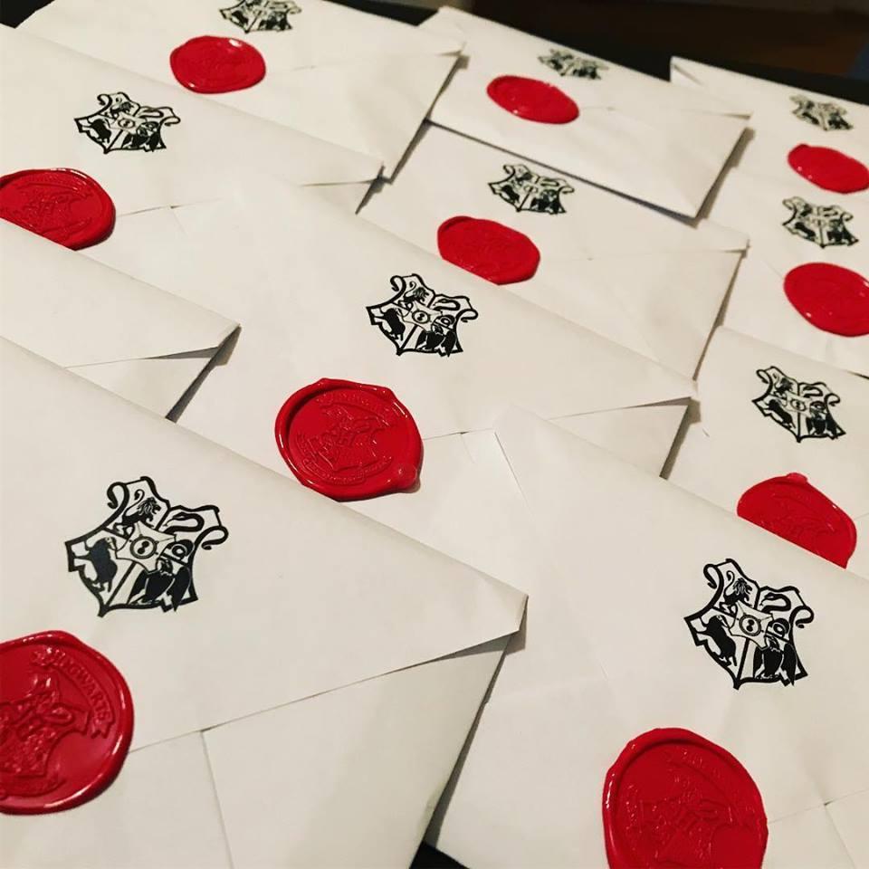 Fotka zapečetěných dopisů zvoucích k LARPu Pottercamp.