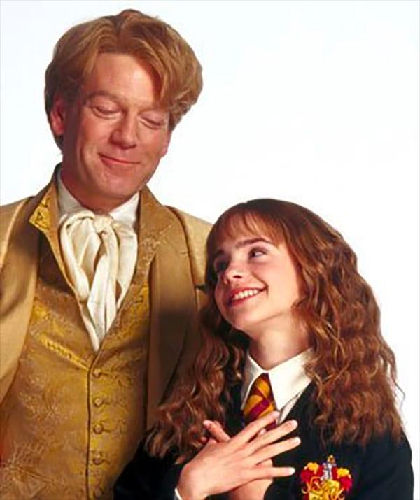 Na obrázku je Zlatoslav Lockhart od pasu nahoru ve svém zlatém hábitu, který se s potěšeným výrazem dívá na usmívající se Hermionu Grangerovou v nebelvírském hábitu, jež stojí přímo v jeho blízkosti.