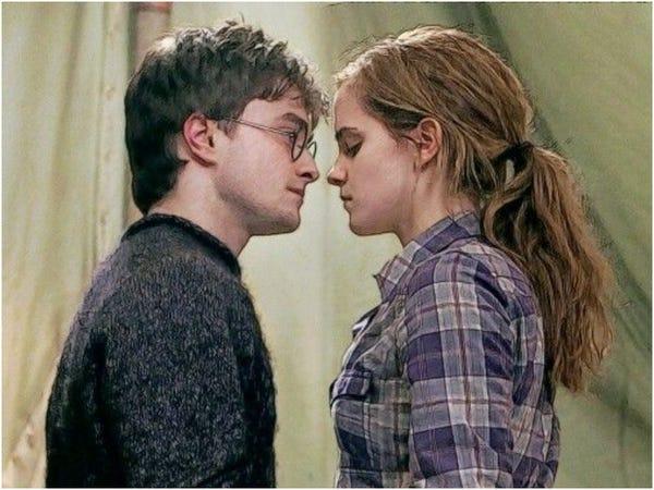 Scéna z prvního dílu Relikvií Smrti, v níž Harry utěšuje Hermionu tancem poté, co Ron odešel. Obrázek zachycuje Harryho a Hermionu v póze, která vypadá, jako by se chtěli políbit: Hermiona má zavřené oči a obličeje obou kouzelníků jsou jen pár centimetrů od sebe.
