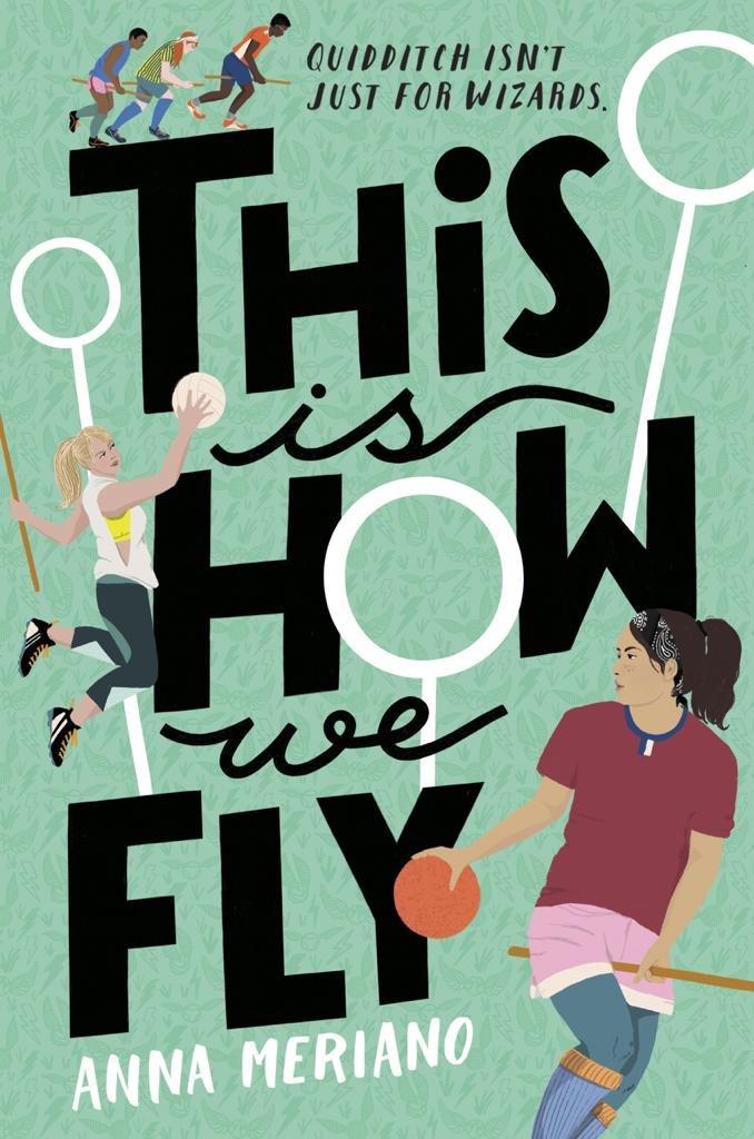 """Obálka knihy s nápisem """"This Is How We Fly"""", kde jedna z famfrpálových obručí tvoří O, ostatní dvě jsou po stranách. Na obrázku je v popředí hnědovlasá dívka na koštěsti, s černou čelenkou a držíc oranžový potlouk. Vlevo je skákající blonďatá dívka s koštětem v levé ruce a s camrálem v pravé. Tři další hráči běží po písmenu T."""