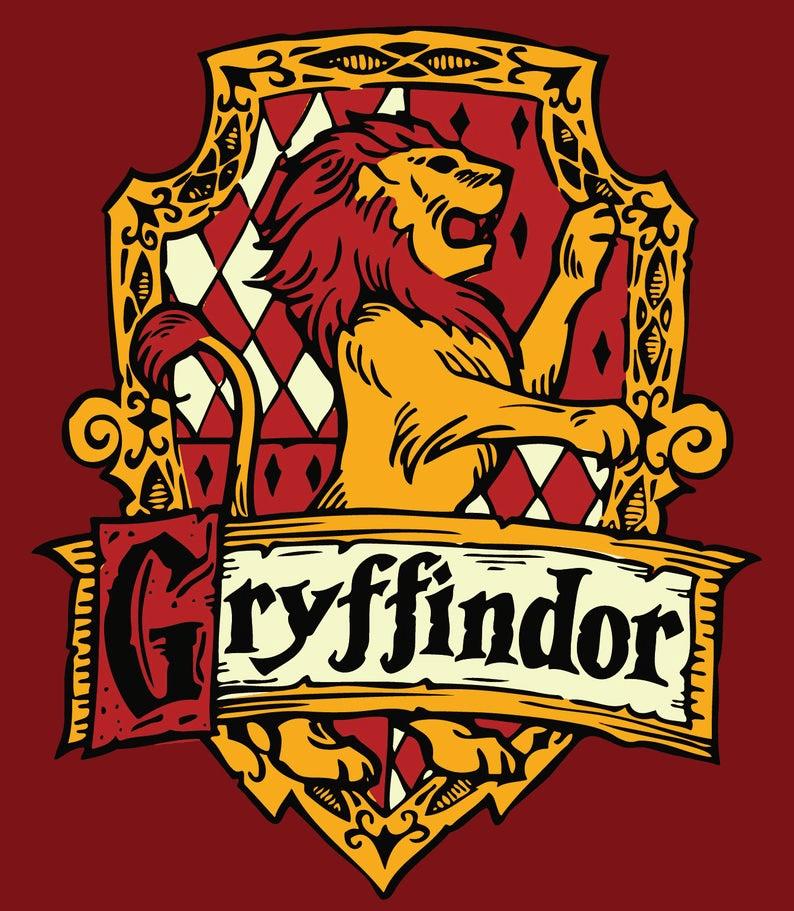 """Na červené pozadí nebelvírský znak se lvem a nápisem """"Gryffindor""""."""