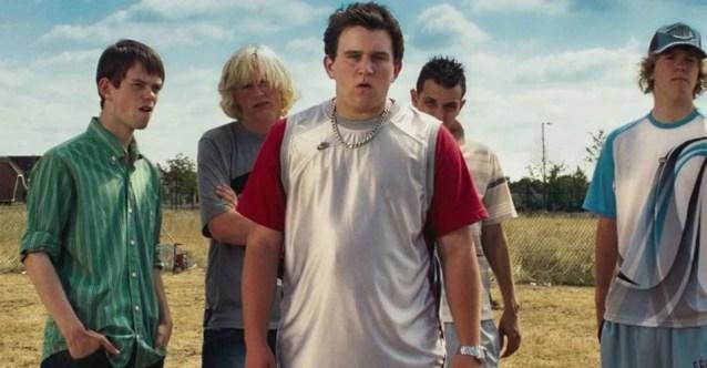 Fotografie z filmu Fénixův řád, zobrazující Dudleyho a jeho gang. Dudley je v popředí obrázku uprostřed a dívá se před sebe. Má kolem krku silný řetěz. Za ním stojí čtyři kumpáni, všichni atletické postavy.