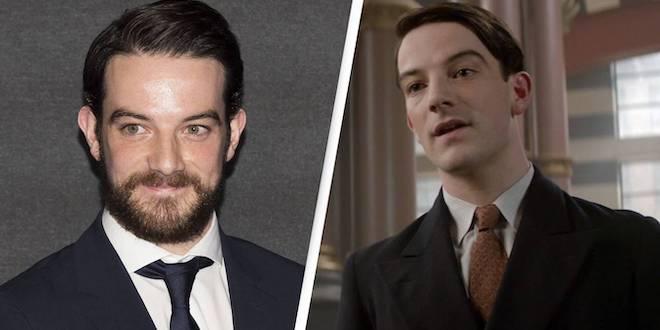 Na fotce vidíme nalevo obličej usmívajícího se herce Kevina Guthrieho s plnovousem, v bílé košili s černou kravatou a sakem. Vpravo je jako Abernathy, hladce oholen, oblečen do bílé košile s hnědou kravatou a černého saka.