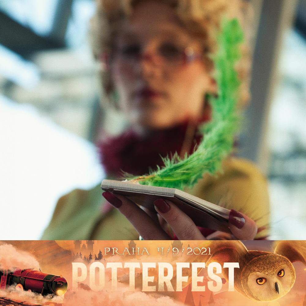 Na fotografii je cosplayerka Rity Holoubkové v zelených šatech a zeleným brkem. Je rozmazaná, záběr je zaměřen na její notýsek, který drží v ruce. Pod fotografií je logo Potterfestu.