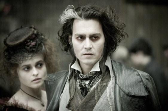 Snímek z filmu Sweeney Todd, na němž je v popředí Johnny Depp coby titulární holič (pobledlý s ošuntělými šaty) a vlevo za ním je Helena coby paní Lovettová (taktéž rozcuchaná, v šatech z 19. století a malým kloboučkem na hlavě). Oba se zaujatě dívají kamsi do dáli.
