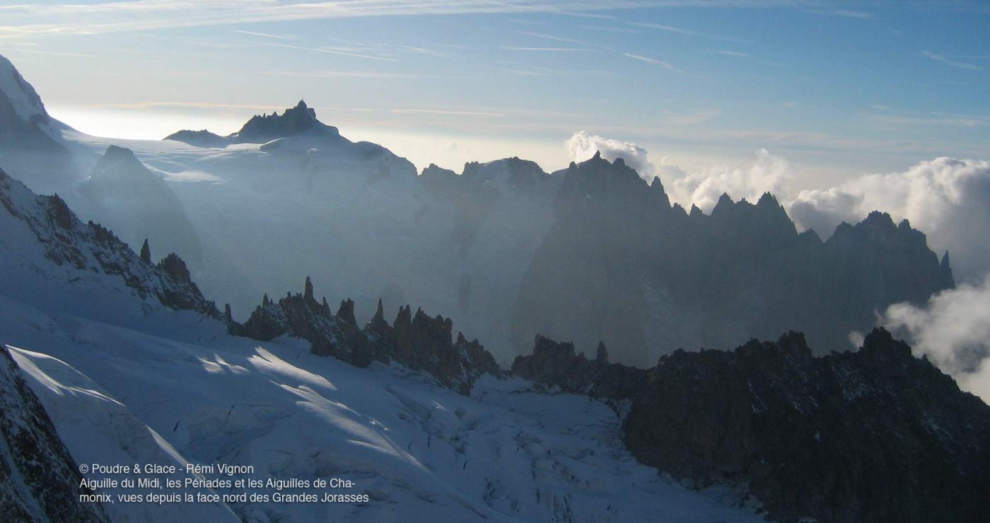 © Poudre & Glace - Rémi Vignon Aiguille du Midi, les Périades et les Aiguilles de Chamonix, vues depuis la face nord des Grandes Jorasses