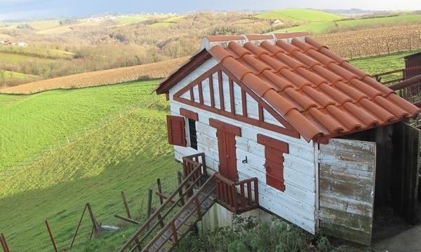 beau poulailler en bois en forme de maison