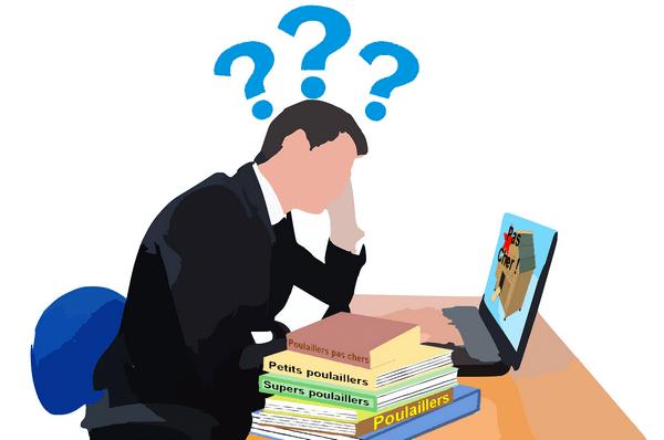 homme intérogatif devant livre et ordinateur