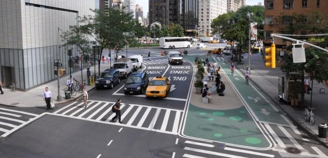 """En retirant une rangée de stationnement, Columbus Circle accueille un espace de détente ou de télétravail (le Wi-Fi est intégré à l'espace public) tandis qu'une voie cyclable en """"site propre"""" a été aménagée. Crédit photo : NYC DOT"""