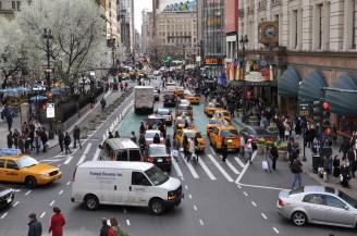 Herald Square avant sa piétonnisation: On voit les piétons avec peu d'espace sur le trottoir, comme on l'est régulièrement sur Sainte-Catherine. La rue est encore dominée par la voiture malgré le marquage et le pavage au sol distinct. Crédit photo : NYC DOT