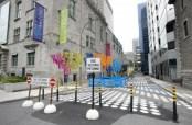 """Toutes sortes de design et de marquages au sol peuvent être utilisés lors de la piétonnisation. La rue Victoria, près du musée McCord à Montréal a permis de créer un """"événement"""" en redonnant de la visibilité à ce Haut lieu de l'Histoire de Montréal. Crédit photo: Journal Métro (lien: http://bit.ly/1tp4qS9)"""