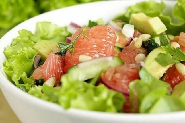 Диетический салат с тунцом и медовой заправкой