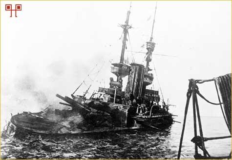 Britanski ratni brod Irresistible neposredno pred potapljanje