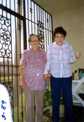 Genie (Susan Wiley) snimljena 2003. godine (stoji desno)