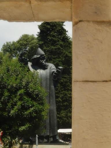 Grgur Ninski (kip)