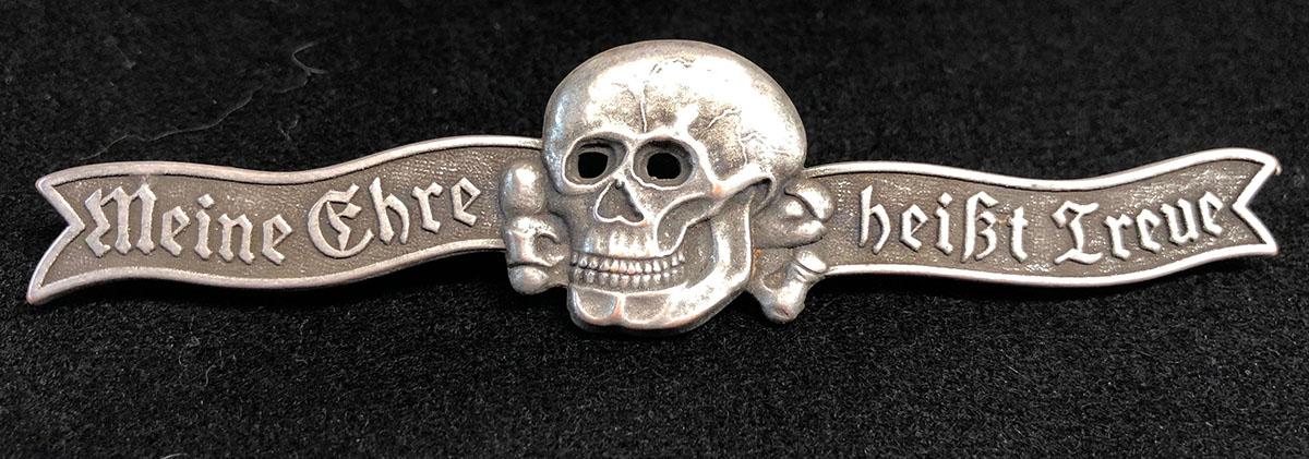 """Znak Totenkopfverbanda sa natpisom """"Moja čast se zove vjernost"""""""