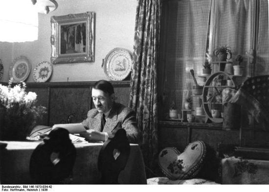 Večer u studijskoj sobi (Bundesarchiv, Bild 146-1973-034-42 / Heinrich Hoffmann / CC-BY-SA)