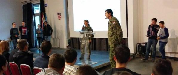 Par učenika iz svake škole preko tableta odgovara na ABC pitalice o bitci za Vukovar – pitanja i bodovi se prikazuju na projekciji
