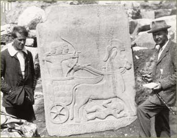 Thomas Edward Lawrence (poznatiji kao Lawrence od Arabije) i Charles Leonard Woolley stoje pokraj hetitskog nalaza u Siriji (snimljeno između 1912. i 1914.)